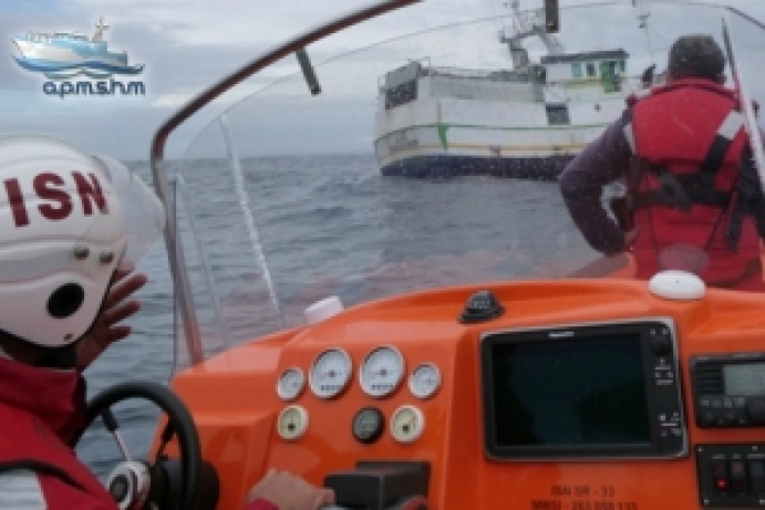 Pescador ferido retirado de barco